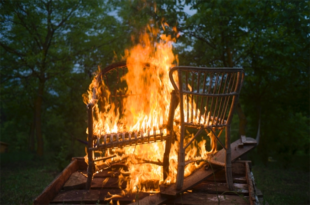 07-3 L1031077 Burning chair